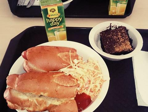 Sülthagymás hot-dog, amerikai káposztasaláta, narancslé, brownie a menzán